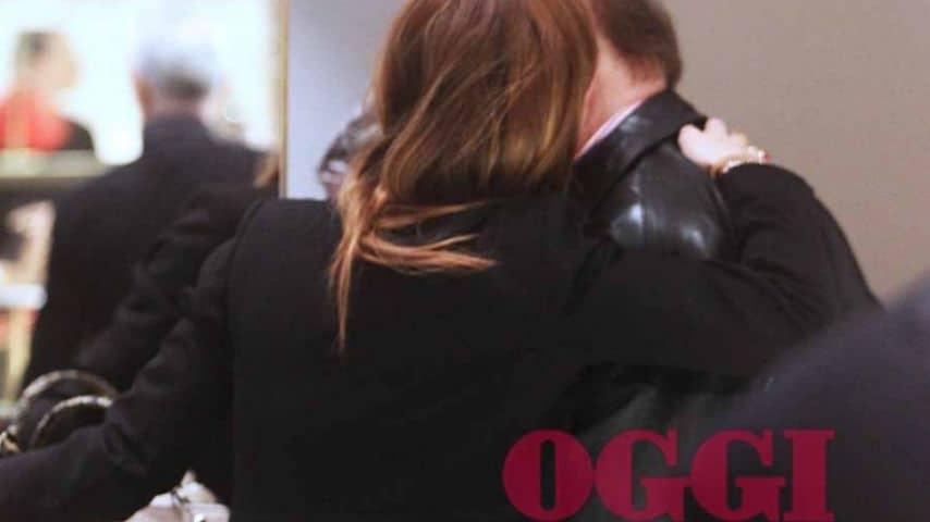 Il bacio tra Enrica Tarolla e Massimo Boldi. Fonte: Settimanale Oggi