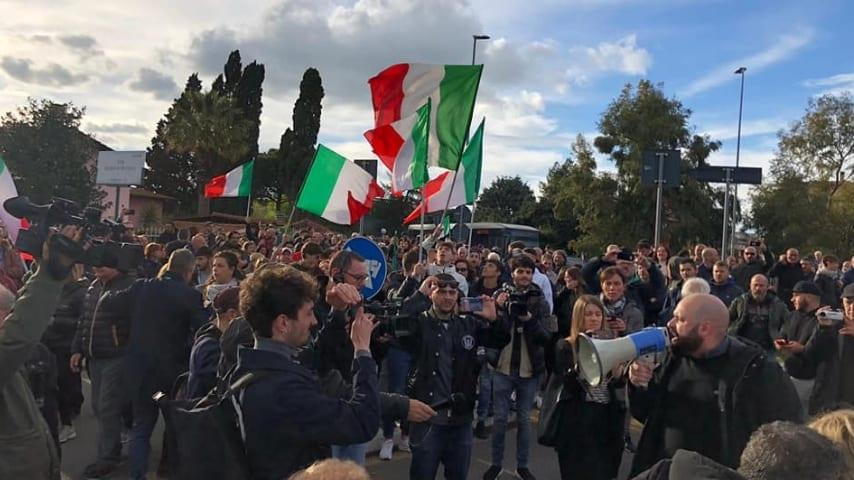 Proteste di CasaPound contro l'assegnazione di alloggi ai rom. Immagine: CasaPound Italia/Facebook