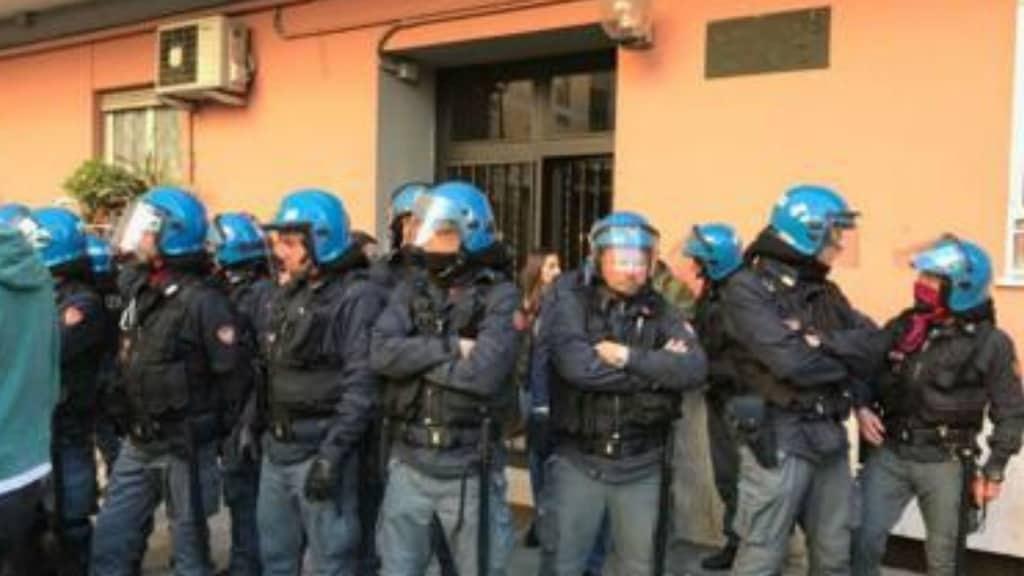 Roma, casa a famiglia rom continua la polemica con toni accesi