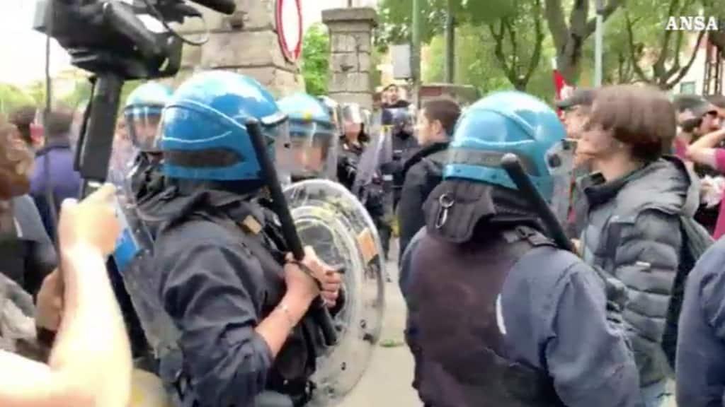 Scontri a Modena tra attivisti dei centri sociali e polizia al comizio di Salvini