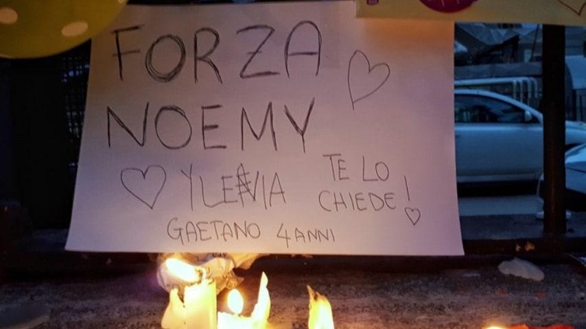 Uno dei tanti messaggi lasciati per Noemi fuori dall'ospedale pediatrico Santobono. Fonte: Ansa