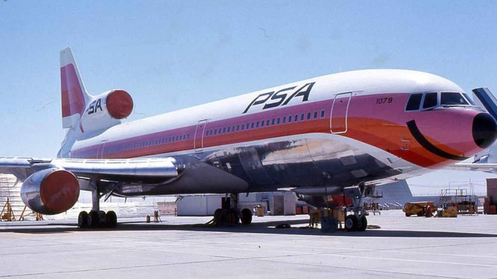aereo bianco e arancione