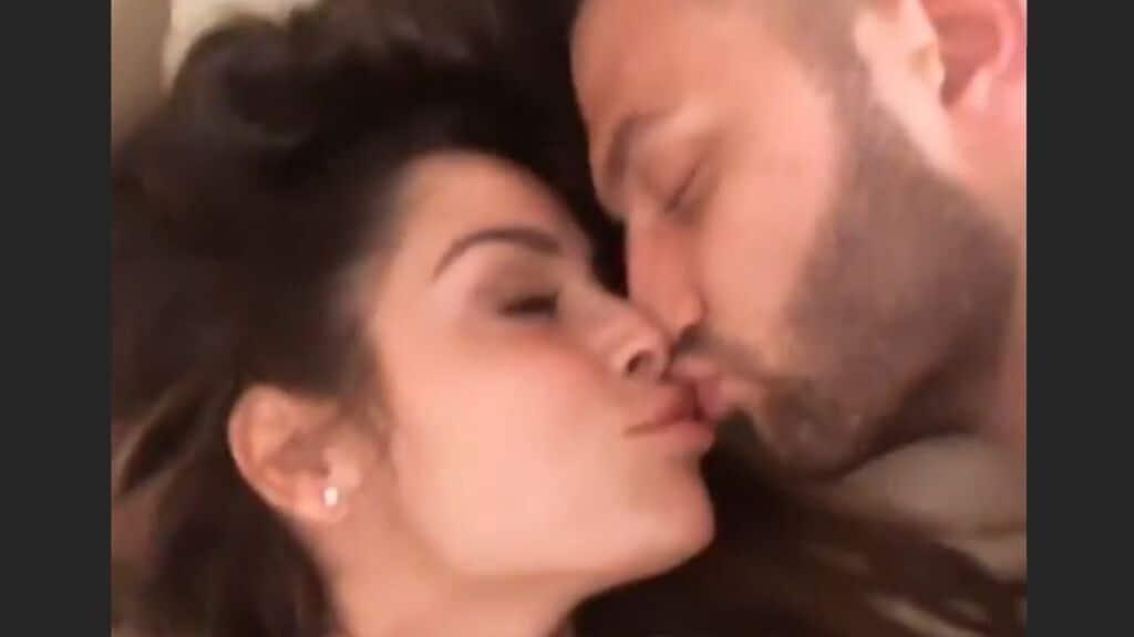 alessia macari mentre bacia il compagno oliver kragl