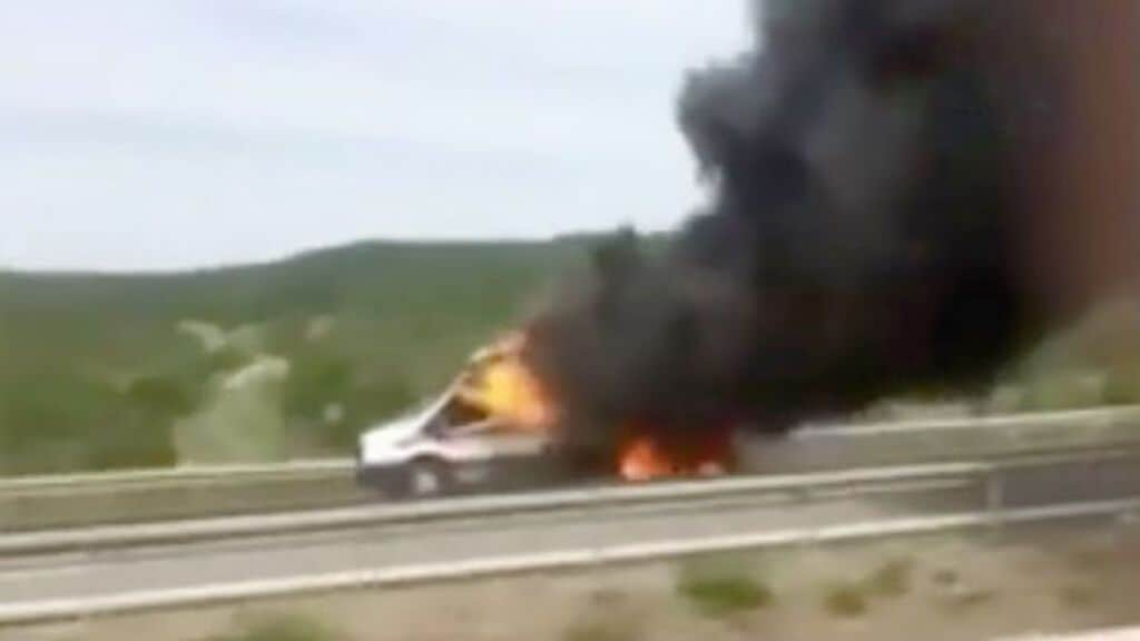 ambulanza in autostrada in fiamme