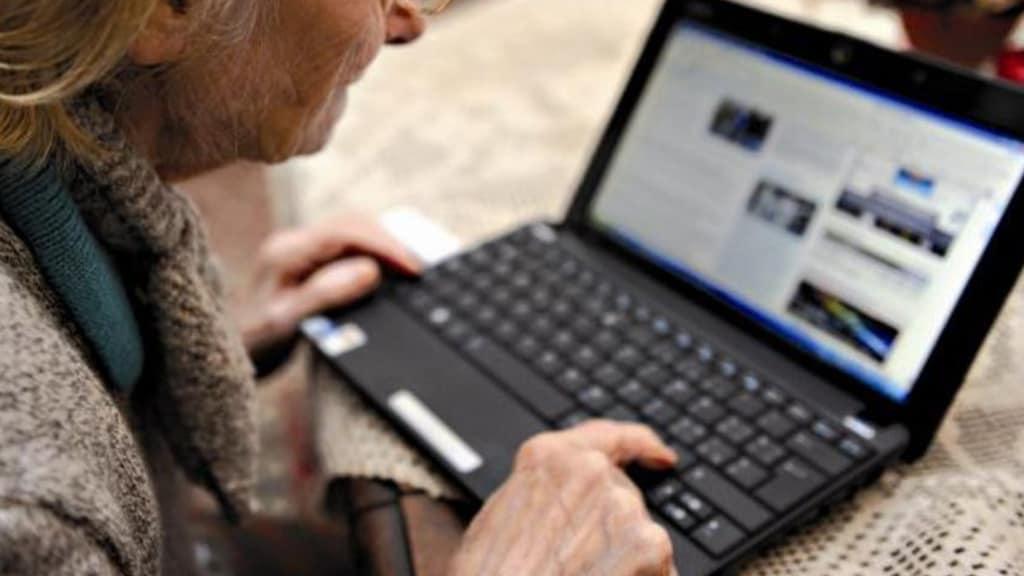 mani di anziano al computer