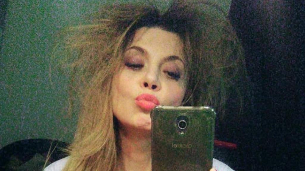 selfie allo specchio di benedicta boccoli con i capelli arruffati