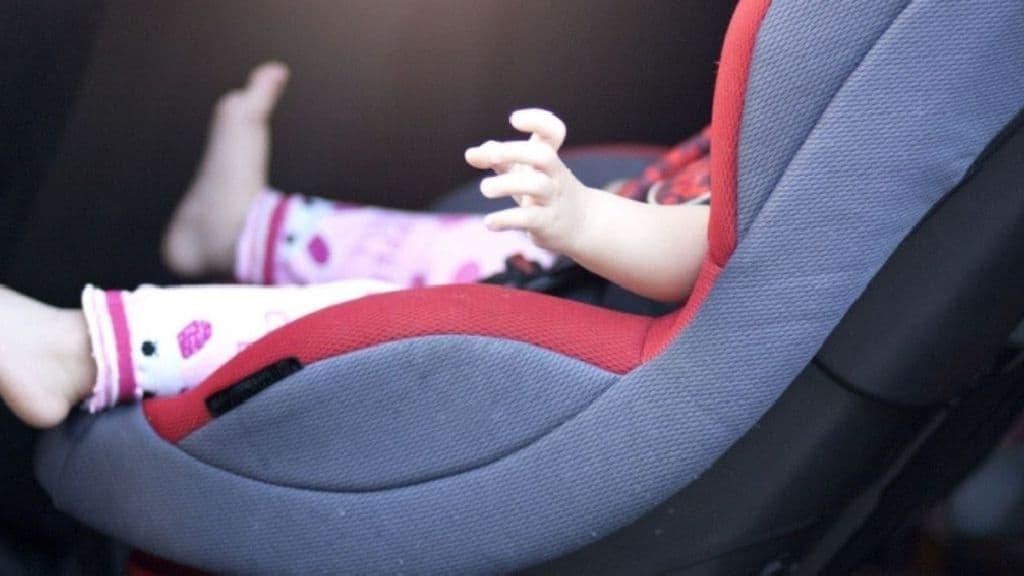 bimba nel seggiolone in auto