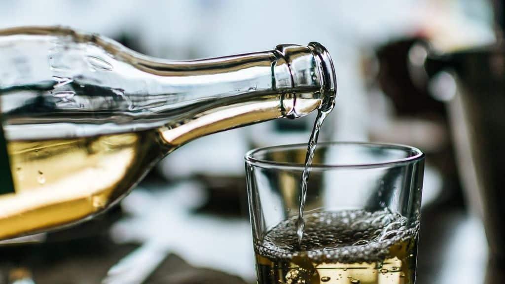 bottiglia di vetro e un bicchiere