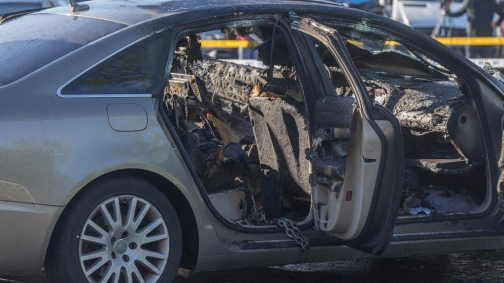 Dà fuoco all'auto con la figlia di 3 anni dentro bruciandola viva