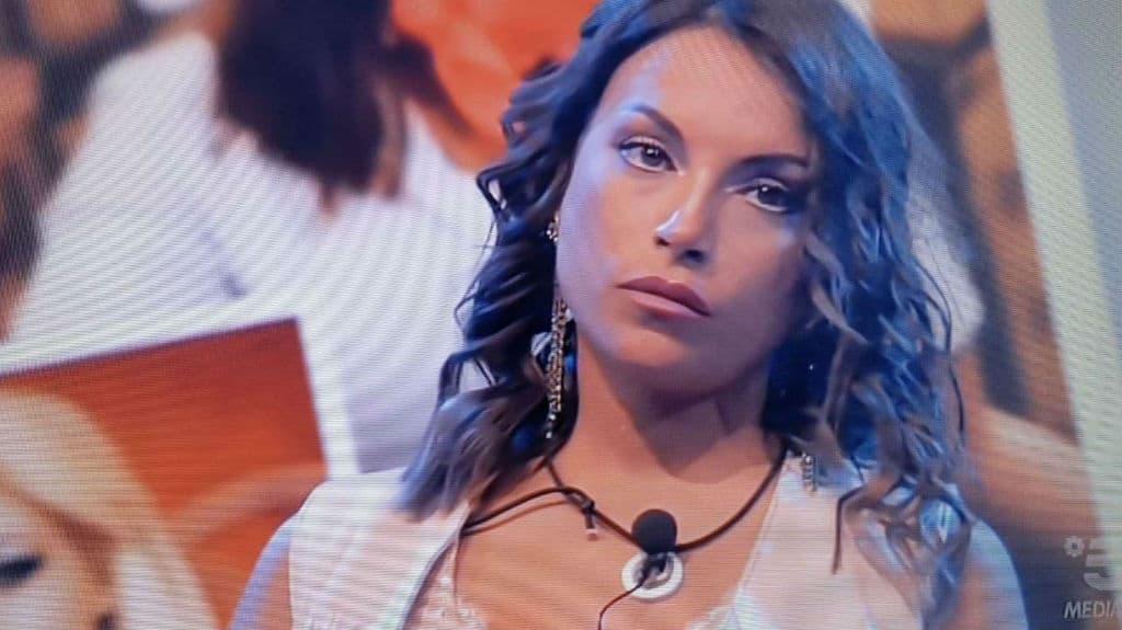 Francesca De André pronta per il confronto con il fidanzato e la presunta amante