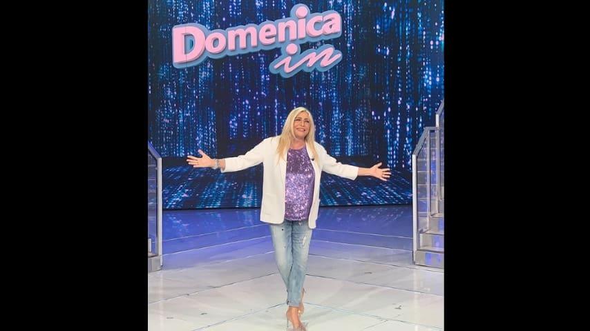 Mara Venier in posa nel suo studio televisivo