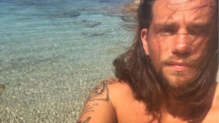 enrico nigiotti in un selfie al mare