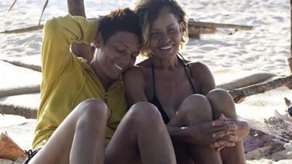 Imma Battaglia ed Eva Grimaldi ridono sulla spiaggia