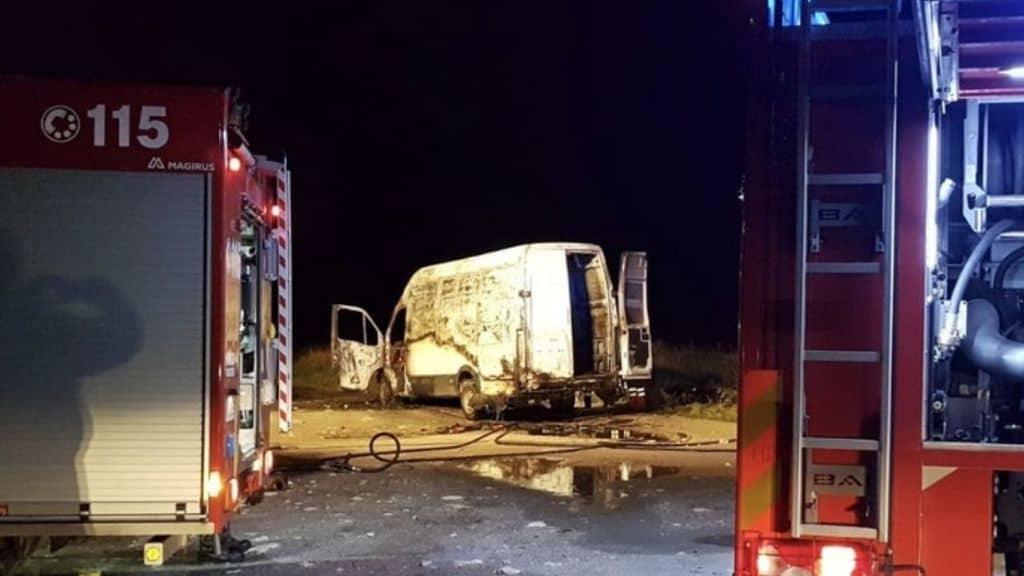 il furgone della famiglia rom completamente bruciato