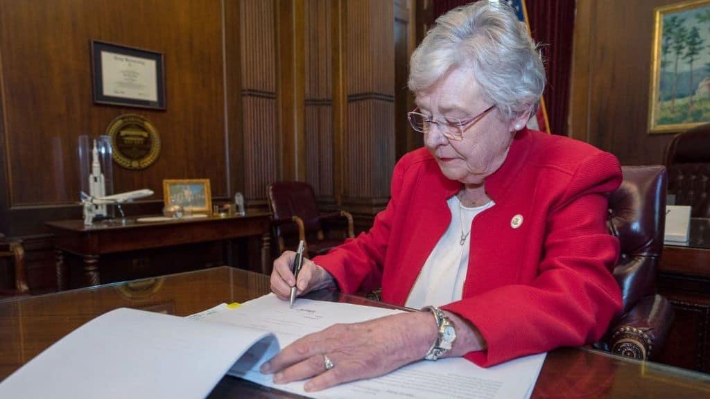 kay ivey mentre firma la legge sull'aborto