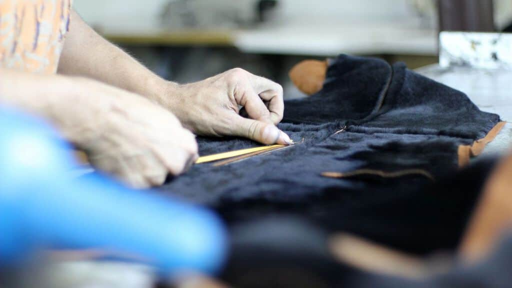 mani lavoratore con tessuto