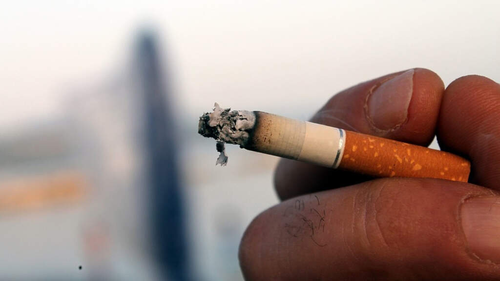 mano sigaretta