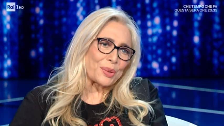 Mara Venier con gli occhiali conduce Domenica In
