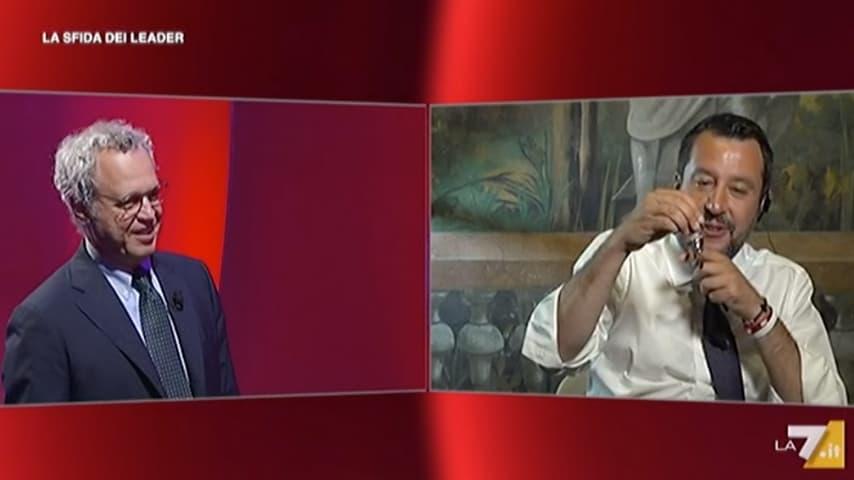 Matteo Salvini mostra i rosari che gli sono stati regalati