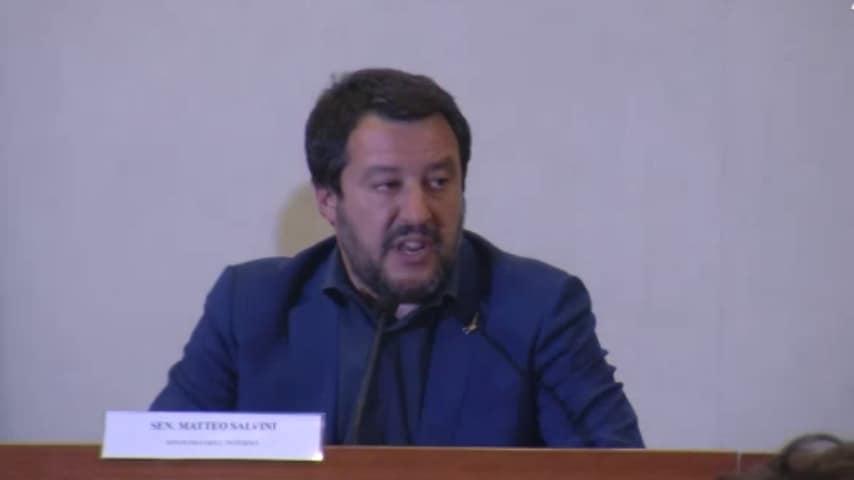 """Cannabis, Salvini minaccia: """"Chiuderemo tutti i negozi"""""""