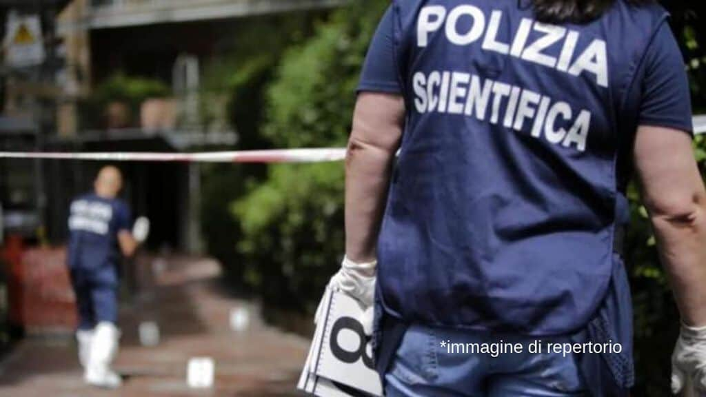 uomo della polizia scientifica di spalle