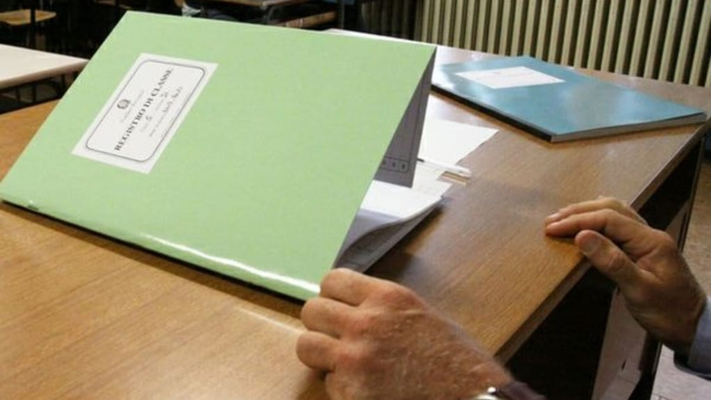 registro di classe e mani di un insegnante