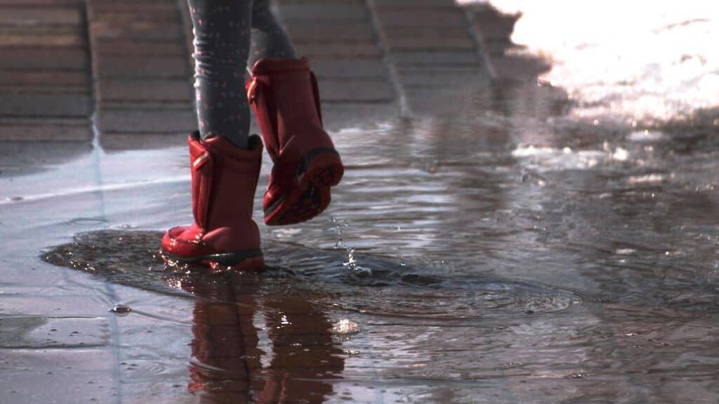 scarpe di un bimbo in un giorno di pioggia