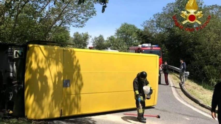 Lo scuolabus ribaltato. Foto: Vigili del Fuoco
