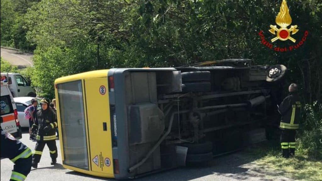 scuolabus ribaltato