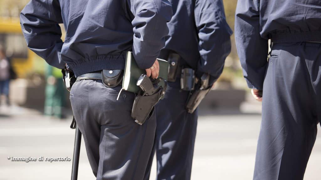 agenti di polizia con la pistola alla cinta