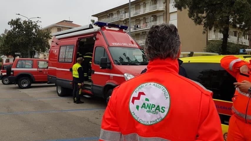 I volontari della Protezione civile a lavoro per cercare Roberto Sciarra. Immagine: Pros Onlus Pineto-Roseto/Facebook