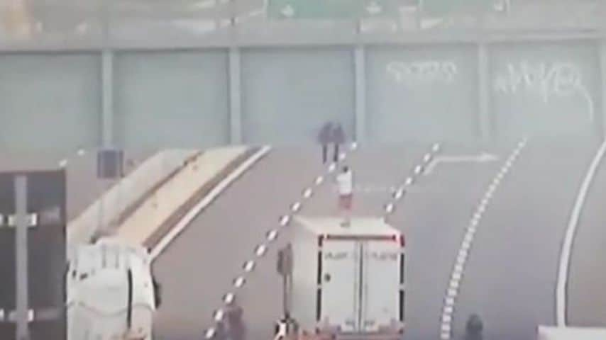 Il-momento-del-salvataggio-del-camionista-Gabriel-Cattura-telecamere-di-sicurezza-della-Tangenziale