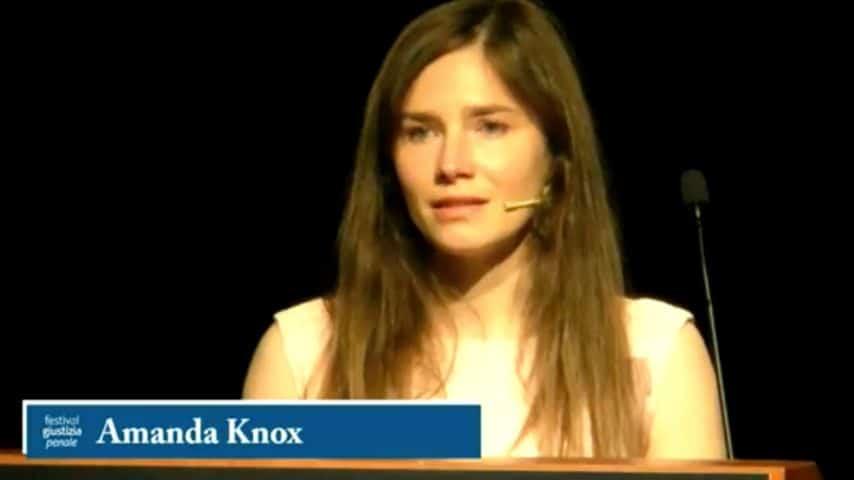L'intervento di Amanda Knox tra le lacrime. Immagine: Festival Giustizia Penale 2019 - Modena/YouTube