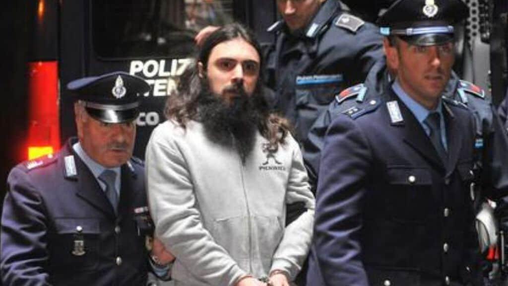 Luca Delfino scortato dagli agenti della penitenziaria