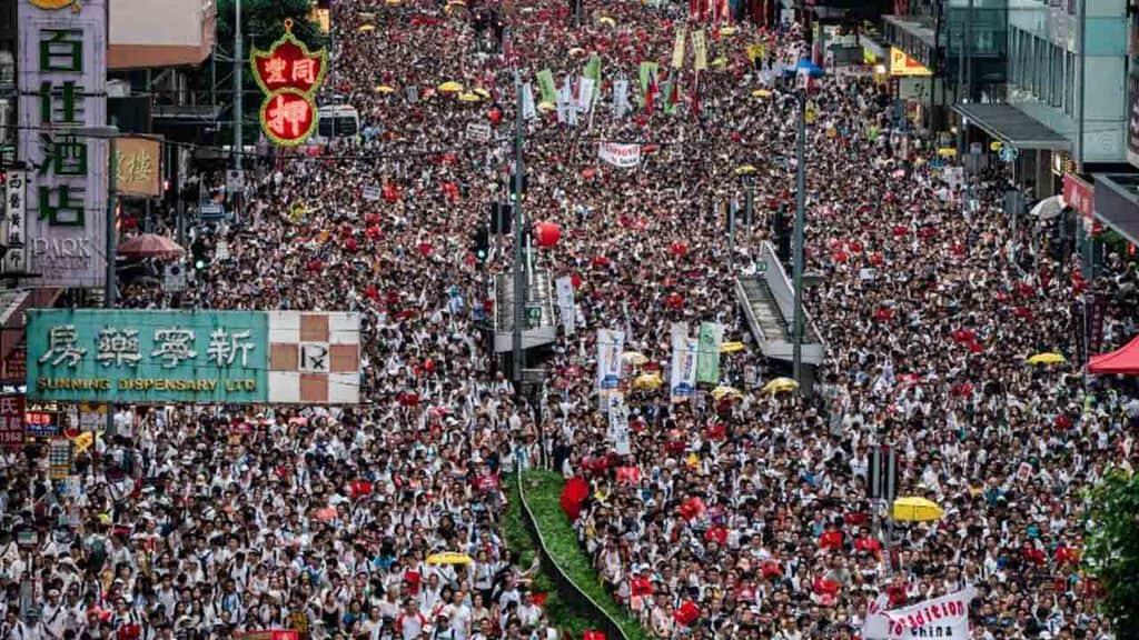 Folla di manifestanti a Hong Kong