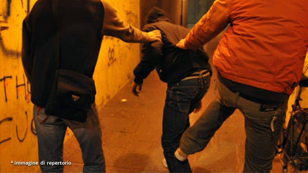 aggressione da parte di due giovani contro un altro ragazzo
