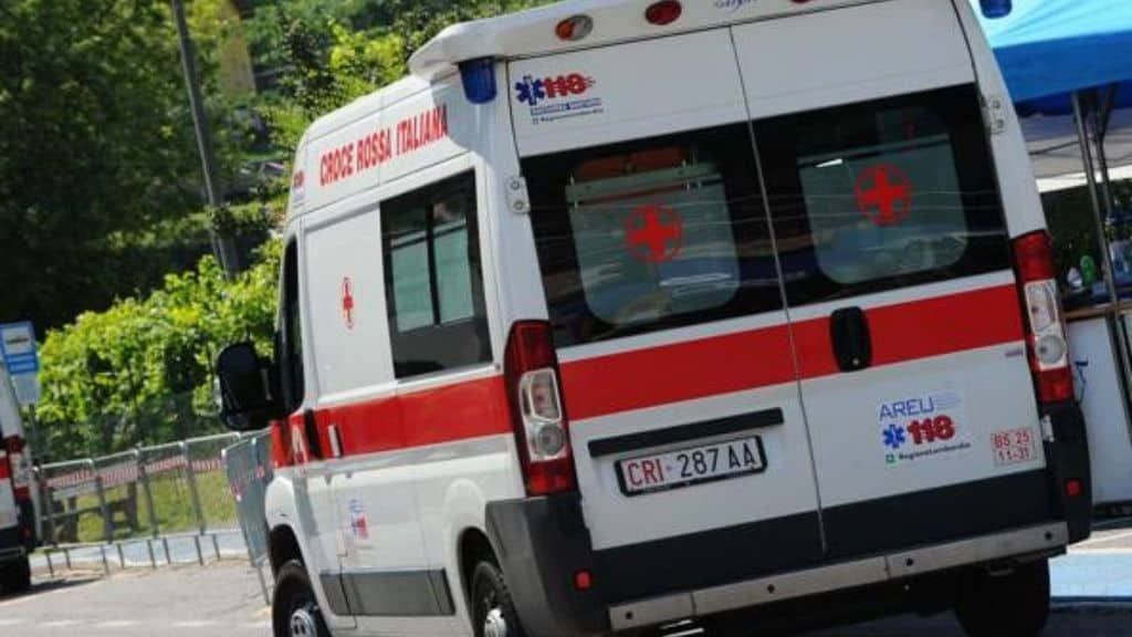ambulanza lungo la strada