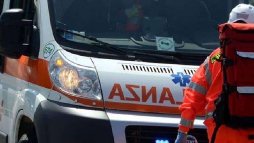 ambulanza vista frontalmente
