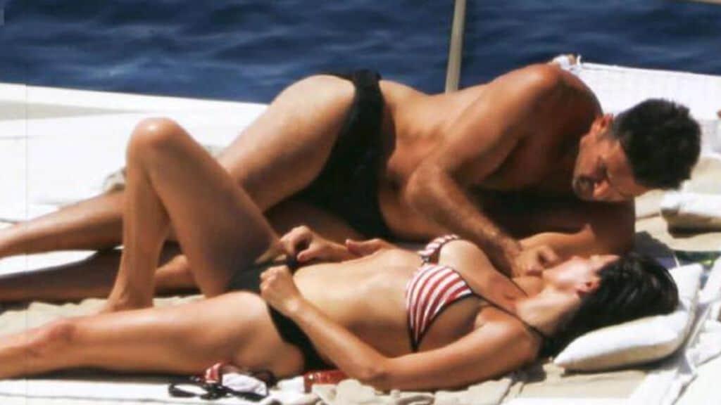 buffon e d'amico sdraiati e abbracciati a bordo di una barca