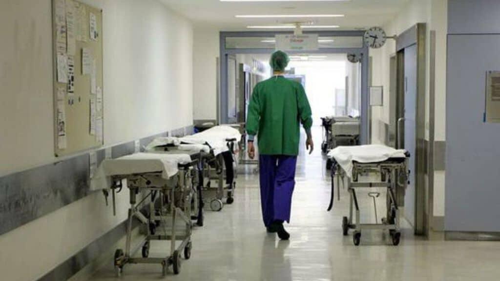 corsia ospedale con medico che cammina