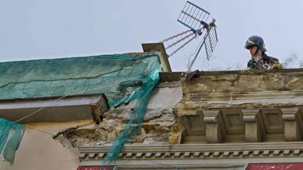 il punto del palazzo dal quale è crollato il cornicione