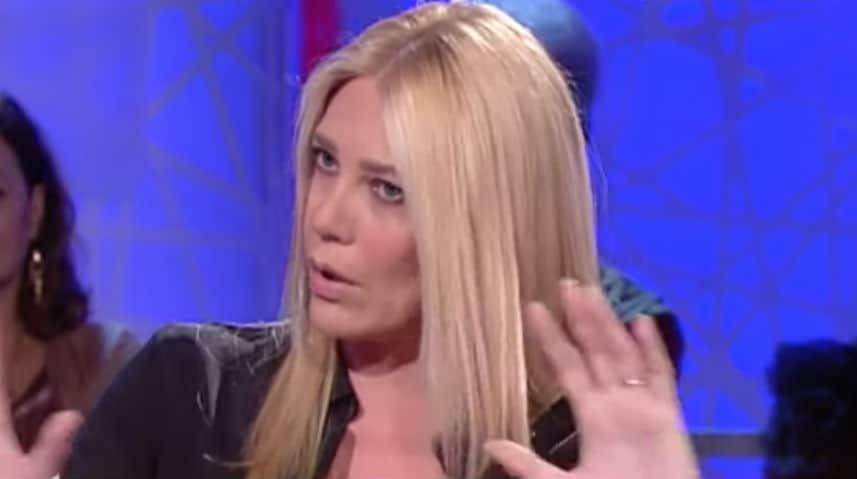 Eleonora Daniele con le mani alzate
