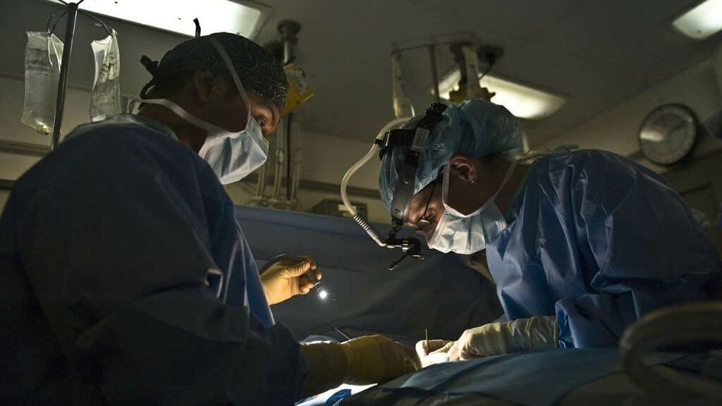 dottori mentre operano
