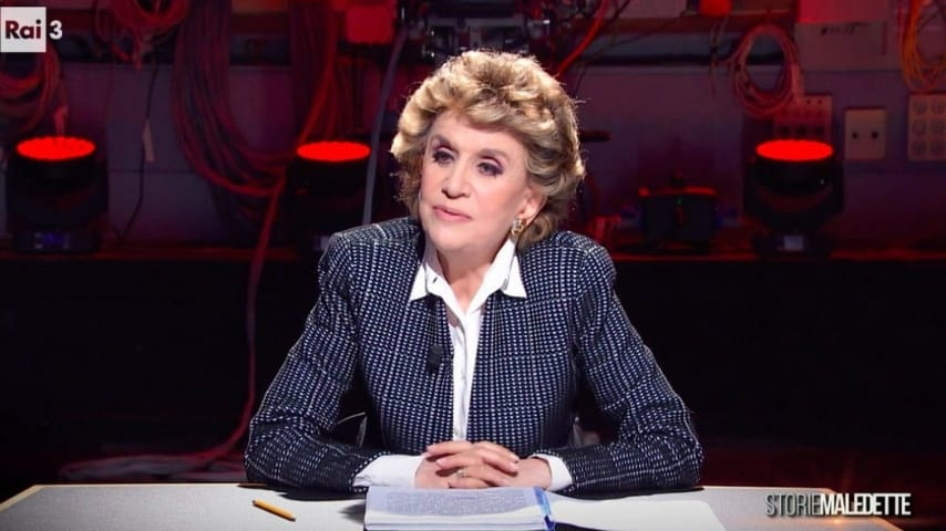 Franca Leosini seduta mentre intervista