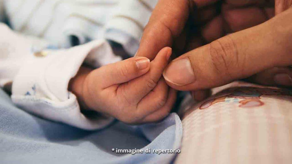 mano di un bambino e della madre