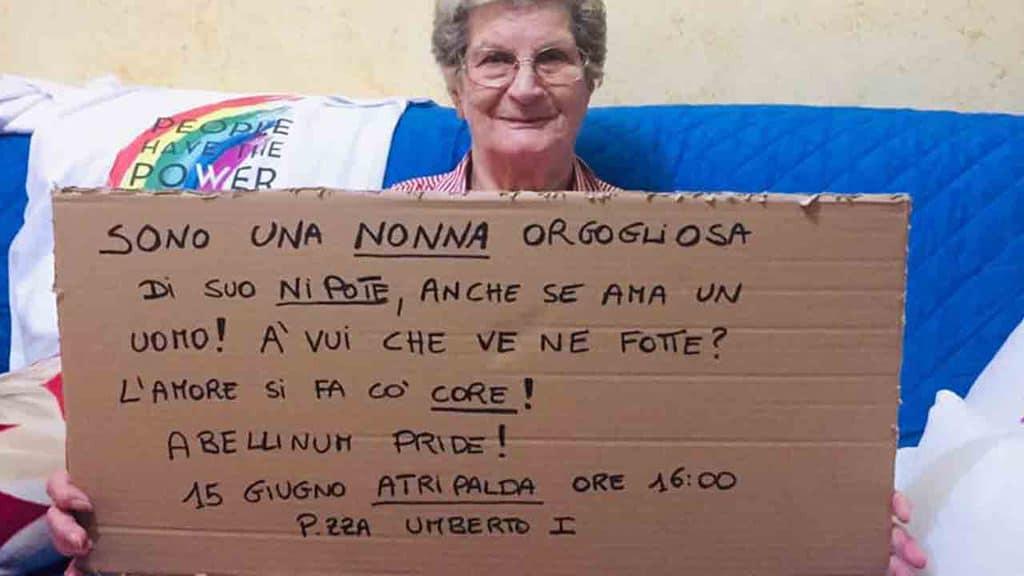 nonna Eleonora espone il cartello per il nipote gay