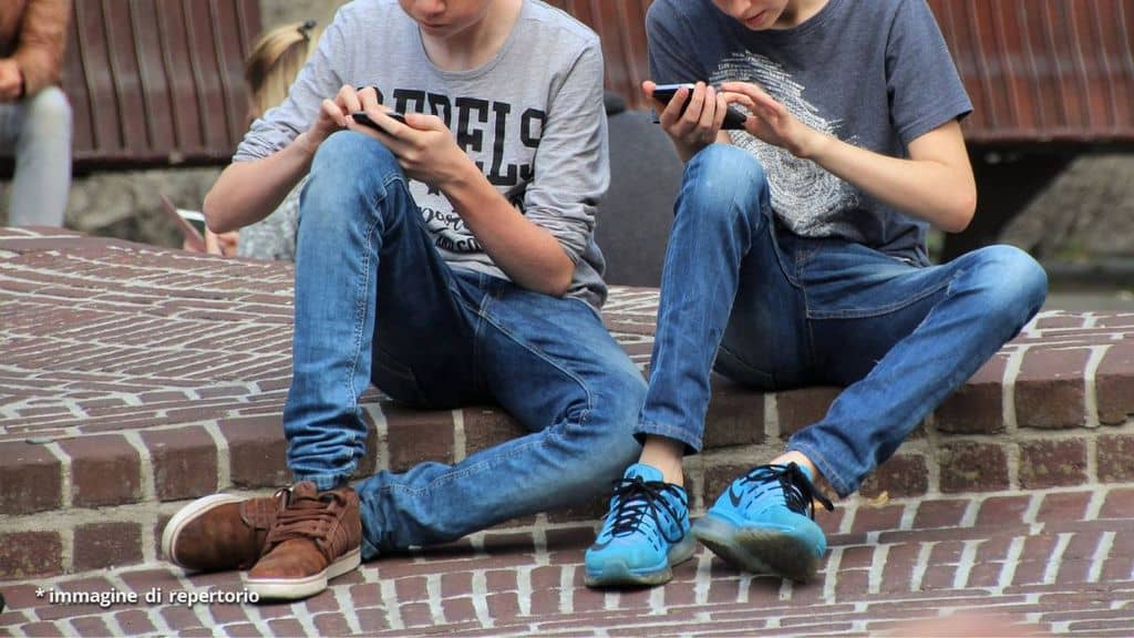 ragazzi con smartphone
