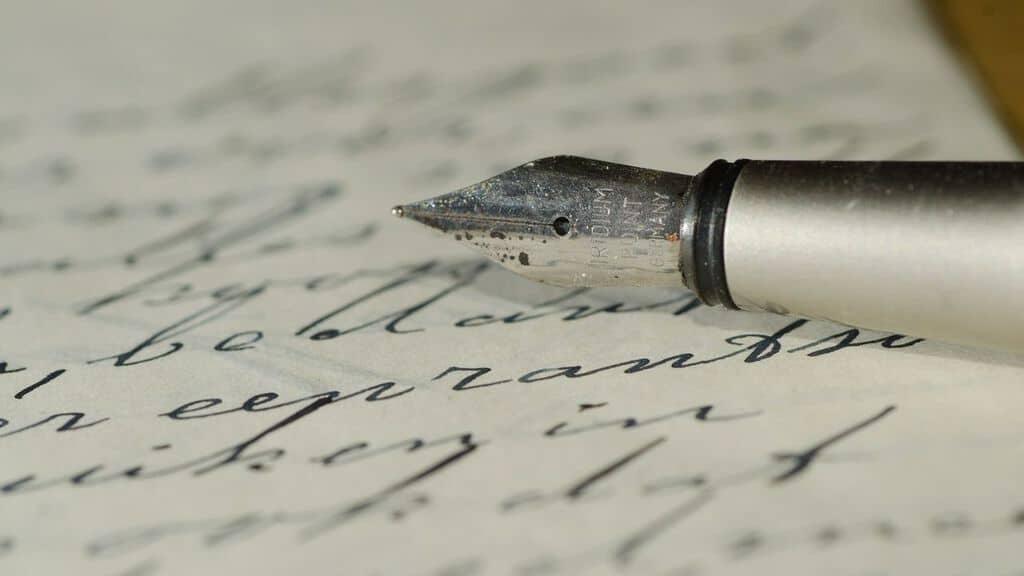 una penna posata su un foglio di carta