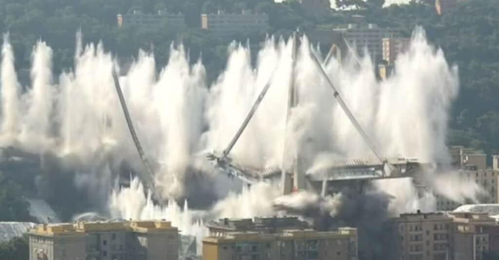 La demolizione del Ponte di Genova
