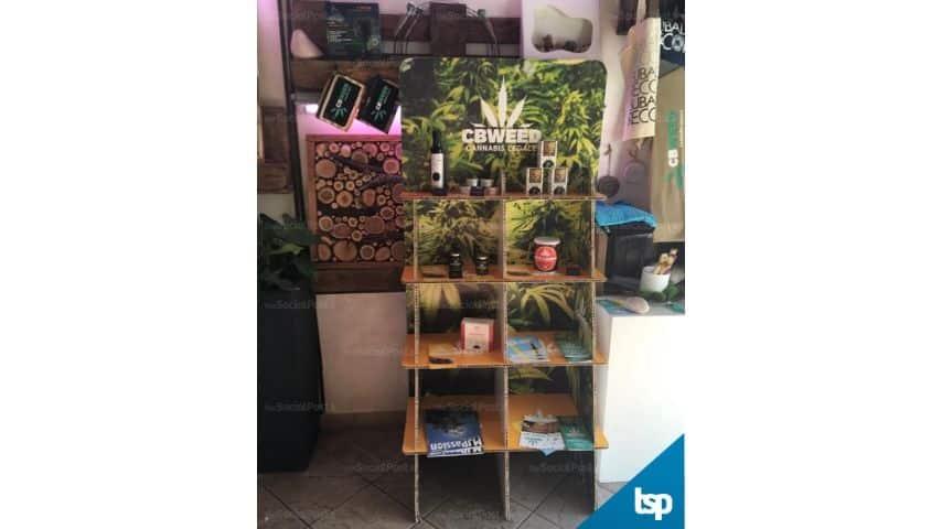 Alcuni prodotti alimentari e di cosmesi in vendita nel negozio di Marco Paviotti